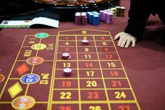 Handelaar in een klassiek spel van de casinoroulette Royalty-vrije Stock Foto's