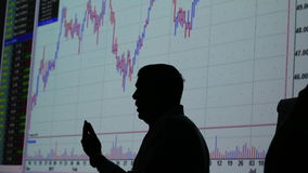 Handelaar en financiële marktuitwisseling - grafiek stock footage