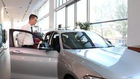 Handelaar en klantenautoverkoop stock videobeelden