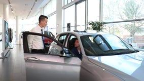 Handelaar en klantenautoverkoop stock footage