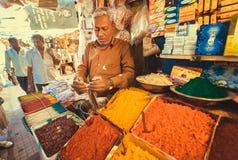 Handelaar van exotische en kleurrijke wierook met zoete geur op de plaats van de stadsmarkt Royalty-vrije Stock Foto