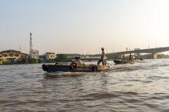 Handelaars en toeristen op de Mekong rivier dichtbij Cai Rang-floatin Stock Afbeeldingen