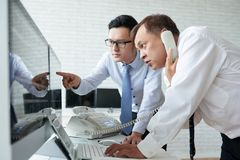 Handelaren die bij beurs werken stock foto