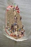 Handelaren die Grond in een boot over de rivier Ichamoti dragen dichtbij Munshigonj Royalty-vrije Stock Afbeeldingen