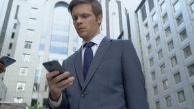 Handelaren die smartphones, geschikte app voor geldtransactie, online bankwezen gebruiken stock video