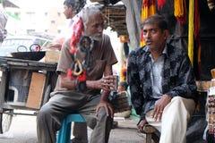 Handelaren van herinneringen die pelgrims en toeristen voor de Kalighat-tempel in Kolkata wachten Royalty-vrije Stock Foto's