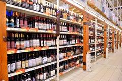 Handelavdelning med rött vin i en lagerkarusell Arkivbilder