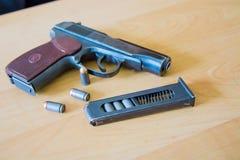 Handeldvapen e.m. Makarov för ryss 9mm på tabellen med pistolhölster, bältet och den tomma pistolhållaren Arkivfoto