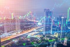 Handelgraf på cityscapen på natten och världskartabakgrund royaltyfri bild