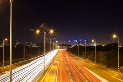 Handeln Sie auf der Autobahn die Führung in die Stadt stockbilder