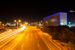 Handeln Sie auf der Autobahn die Führung in die Stadt lizenzfreies stockbild