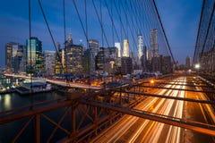 Handeln Sie auf der Brooklyn-Brücke mit Lower Manhattan-Stadtskylinen Stockfoto