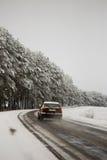 Handeln Sie auf der Straße in den ungünstigen Wetterbedingungen im Winter Stockfotos