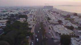 Handeln Sie auf Landstraße Sheikh Zayed Road, der zu die Stadtzentrumvogelperspektive führt Dubai, Arabische Emirate Draufsicht v stock video footage