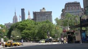 Handeln Sie in den Straßen von Manhattan mit dem Reich-Zustand am Hintergrund, New York City, USA stock video footage