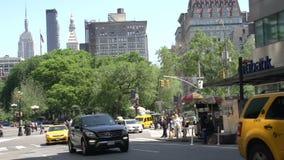 Handeln Sie in den Straßen von Manhattan mit dem Reich-Zustand am Hintergrund, New York City, USA stock footage