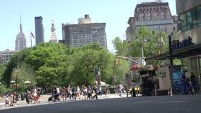 Handeln Sie in den Straßen von Manhattan mit dem Reich-Zustand am Hintergrund, New York City, USA stock video