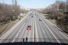 Handeln Sie in der Stadt, die von der Brücke gesehen wird Stockfotografie
