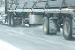 Handeln Sie Drehzahlen entlang den eisigen und schneebedeckten Straßen Stockfoto