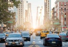Handeln Sie entlang 3. Allee in New York City mit Sonnenlicht Backgrou Lizenzfreie Stockbilder