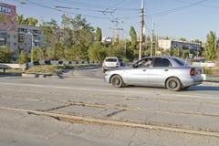 Handeln Sie entlang der Asphaltstraße, die mit verschiedenen Löchern und Bädern verunreinigt wird Lizenzfreies Stockfoto