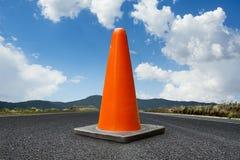 Handeln Sie Kegel auf einer Straße mit einem hellen blauen Himmel Lizenzfreies Stockfoto
