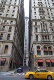 Handeln Sie in New York City mit dem berühmten gelb-farbigen Taxi, das vorbei überschreitet Stockfoto