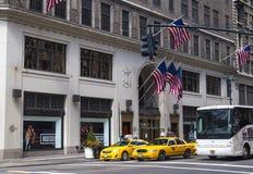Handeln Sie in New York City mit den berühmten gelb-farbigen Taxis, die vorbei überschreiten Lizenzfreies Stockfoto