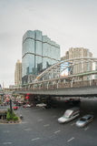 Handeln Sie in Sathorn-Bezirk, Bangkok, Thailand Autos mit Unschärfebewegung Lizenzfreie Stockfotos