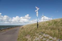 Handeln Sie Schauzeichen für Fahrräder an einem holländischen Dike lizenzfreie stockfotografie