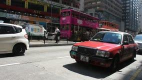Handeln Sie Straße mit Retro- Tram und chinesischem Volk Wegüberfahrtstraße bei Wan Chai stock footage