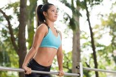 Handeln von Übungen auf Turnhallenstange Stockbilder