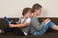 Handeln von Heimarbeit auf der Couch lizenzfreies stockbild