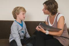 Handeln von Heimarbeit mit Mutter stockfotos