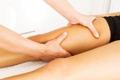 Handeln von Massage und von Osteopathy stockfotos