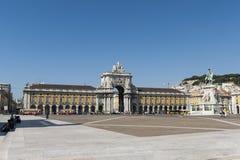 Handels-Quadrat in Lissabon mit Statue und Marksteinen Stockbilder