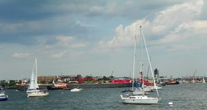 Handels- und persönliches Sportboot in Boston-Hafenen stockfotos