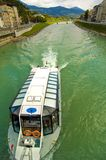 Handelsboot auf Salzach Fluss Stockfotografie