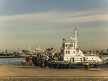 Handelsboot an Montevideo-Hafen Stockbild
