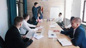 Handelsconferentie Een mens die op de grafieken op de raad richten royalty-vrije stock afbeelding