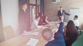 Handelsconferentie Een mens trekt de grafieken op de raad en het richten op het royalty-vrije stock afbeeldingen