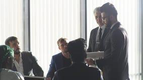 Handelsconferentie op modern kantoor, seminarie stock video