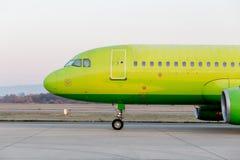 Handelsdüsenflugzeug auf Rollbahn Der Rumpf des Flugzeuges Luftfahrt und Transport lizenzfreies stockbild