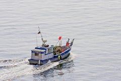 Handelsfischerboot mit Netzen Lizenzfreies Stockbild
