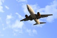 Handelsflugflugzeugfliegen auf blauem Himmel im Reisetourismuskonzept Stockfoto
