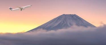 Handelsflugzeug, das über schöne Naturlandschaft fliegt lizenzfreie stockbilder