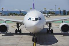 Handelsflugzeug, das mit einem Taxi fährt, um mit einem Gatter zu versehen Stockfotos