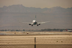 Handelsflugzeug-nähernde Laufbahn stockfotografie