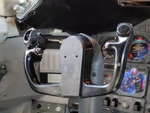 Handelsflugzeug Streering drehen herein Cockpit lizenzfreies stockbild
