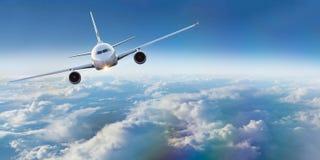 Handelsflugzeugfliegen über drastischen Wolken stockfotos